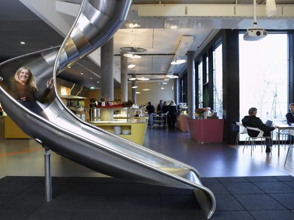 Le toboggan d'entreprise le plus célèbre dans les locaux de Google à Zurich.