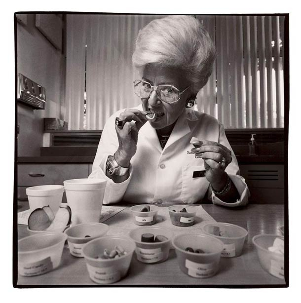 Avant que vos animaux de compagnie mangent leurs croquettes, cette dame est chargée de les goûter...