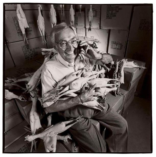 Il n'y a pas que les canards... cet homme fabrique lui des poulets en plastique