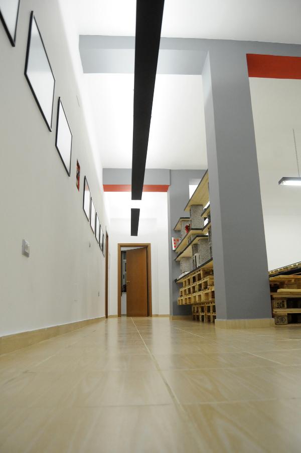 Le couloir d'entrée de l'agence Brandbase.